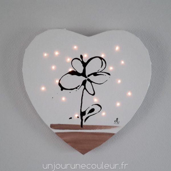 Tableau lumineux en forme de coeur : fleur noire sur fond blanc