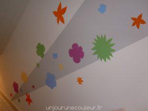 des-fleurs-au-pochoir-dans-une-cage-descalier-1