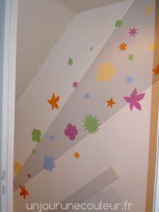 des-fleurs-au-pochoir-dans-une-cage-descalier-2