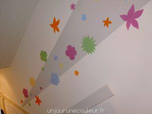 des-fleurs-au-pochoir-dans-une-cage-descalier-3