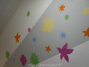 des-fleurs-au-pochoir-dans-une-cage-descalier-4