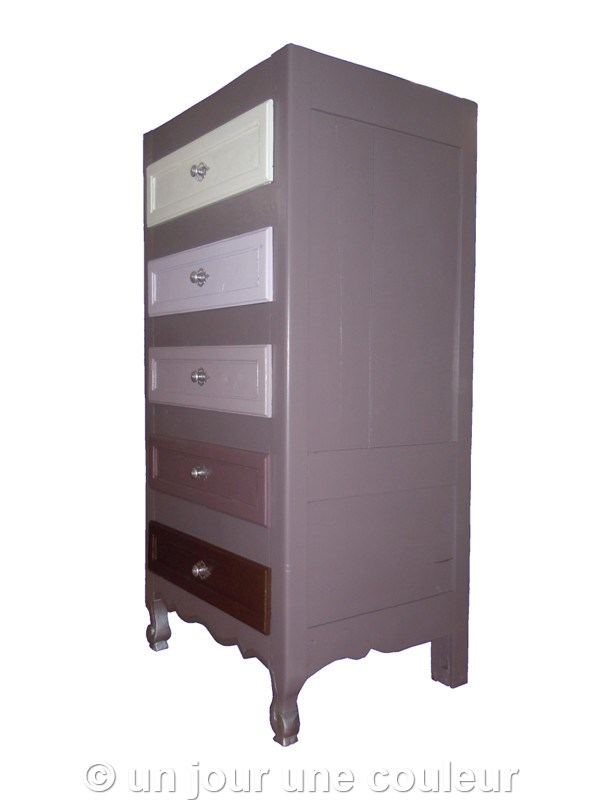 relooking d 39 un ancien chiffonnier raviver des couleurs neutres gr ce une touche de peinture. Black Bedroom Furniture Sets. Home Design Ideas