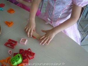 Les filles jouant avec la pâte à sucre