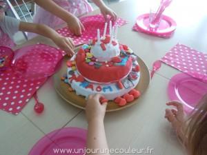 Le gâteau (presque) entièrement décoré