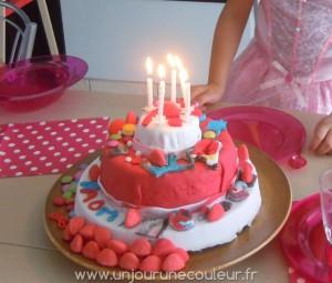 Gâteau croulant sous les décorations en pâte à sucre