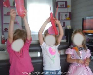 Les petites princesses lancent leur sort préféré avec leur baguette toute neuve