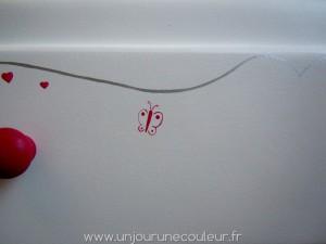 Joli papillon rose sur une commode de princesse