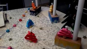 Bougeoirs en bois peint et petits sapins en papier déco de table