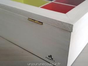Signature un jour une couleur sur la boîte à thé