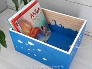 Des livres d'enfant dans une jolie caisse en bois peinte