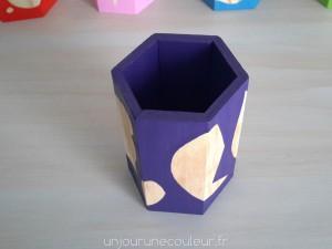Contraste entre le violet et le bois naturel de ce pot à crayon