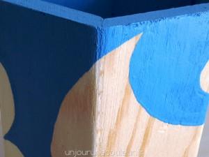 Détail du pot à crayon bleu