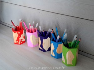 Des couleurs au bureau avec des pots à crayons design