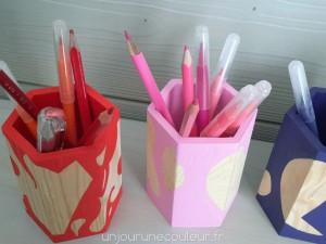 Des pots à crayons design aux motifs abstraits
