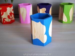 Pot à crayons bleu et bois brut