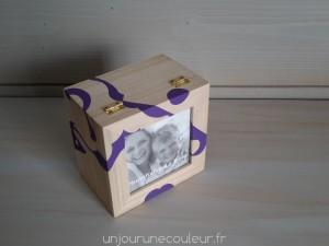 Boite cadre-photo violet et bois brut posée à la verticale