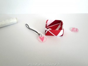 Joli grigri facile en plastique fou réalisé par les enfants