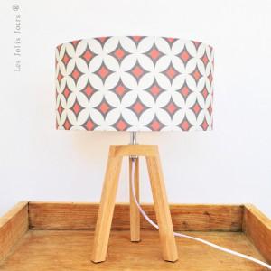 Les-jolis-jours : Lampe trépied SILKEBORG avec abat-jour en coton motif géométriques