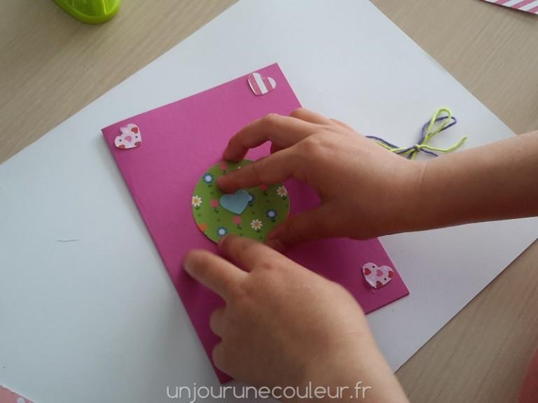 DIY coller les formes découper pour réaliser une jolie carte d'invitation
