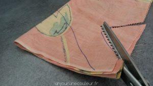 Découpez les anses et l'ouverture du sac avec des ciseaux (crantés ou pas)