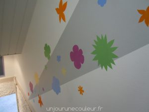 des-fleurs-au-pochoir-dans-une-cage-descalier-7