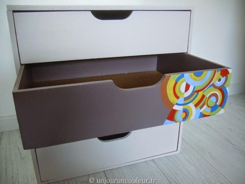 tiroir taupe motifs couleurs vives