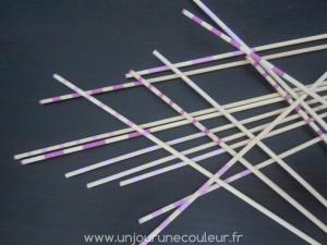 Bâtonnets décoratifs roses disposé en jeu de Mikado, déco minimaliste et graphique