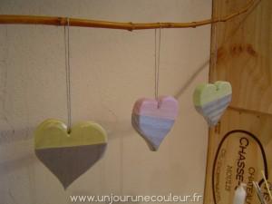 coeurs en bois peint à suspendre