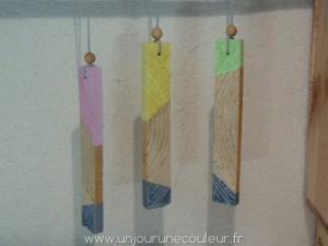 Suspensions en bois couleurs pastel