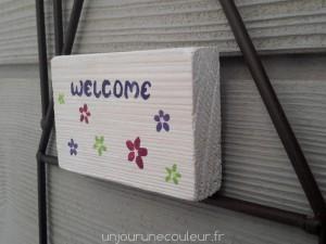 Plaquette peinte à l'essuyée Welcome et fleurs de printemps