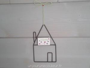 Maison en métal à suspendre bois peint