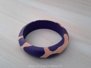 Bracelet en bois à motifs géométriques abstraits violet