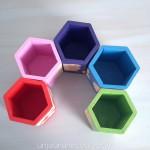 Pots à crayons hexagonaux colorés
