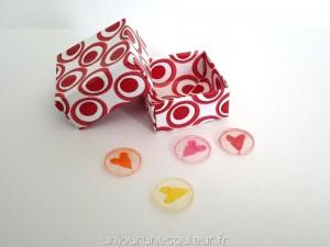 Jolie boite en origami pour des boutons fantaisie en plastique fou