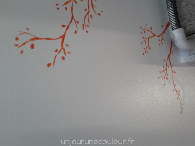Détail : arbre peint à la main peinture orange