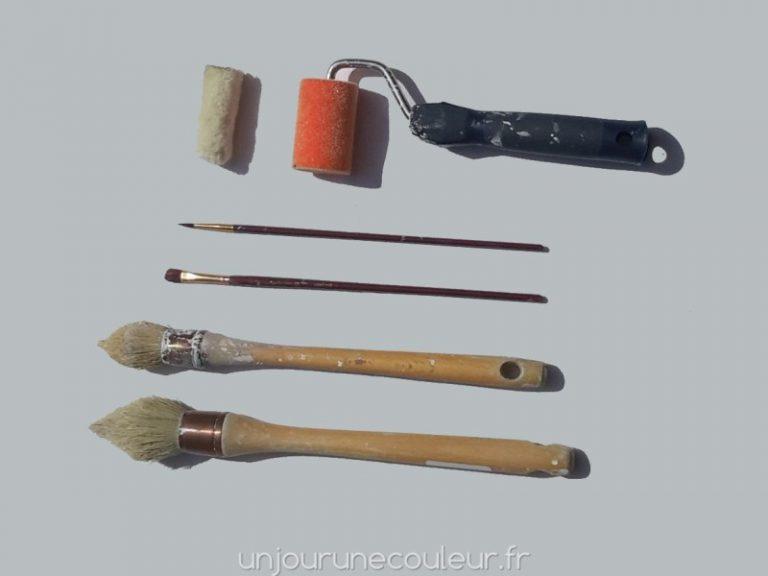 pinceaux et rouleau pour peindre un meuble
