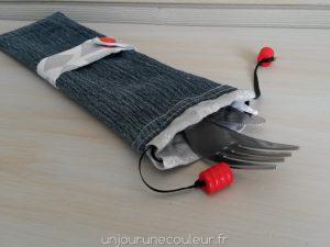 Pochette a couverts en jeans, gris et rouge