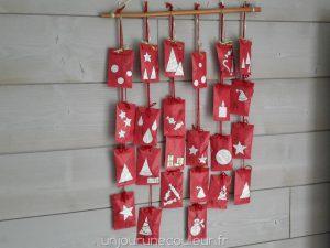 Calendrier de l'Avent : pochettes kraft décorées et suspendues à une branche