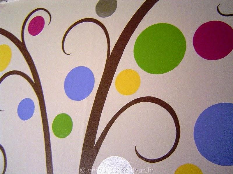 arbre peint coloré rose bleu vert jaune